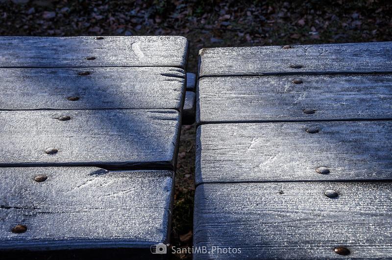 Hielo sobre mesas de madera en el Bòsc de Varicauba