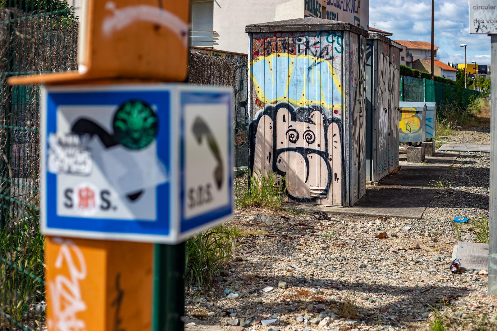 graffiti d'un personnage sur la voie ferrée à Toulouse en 2019