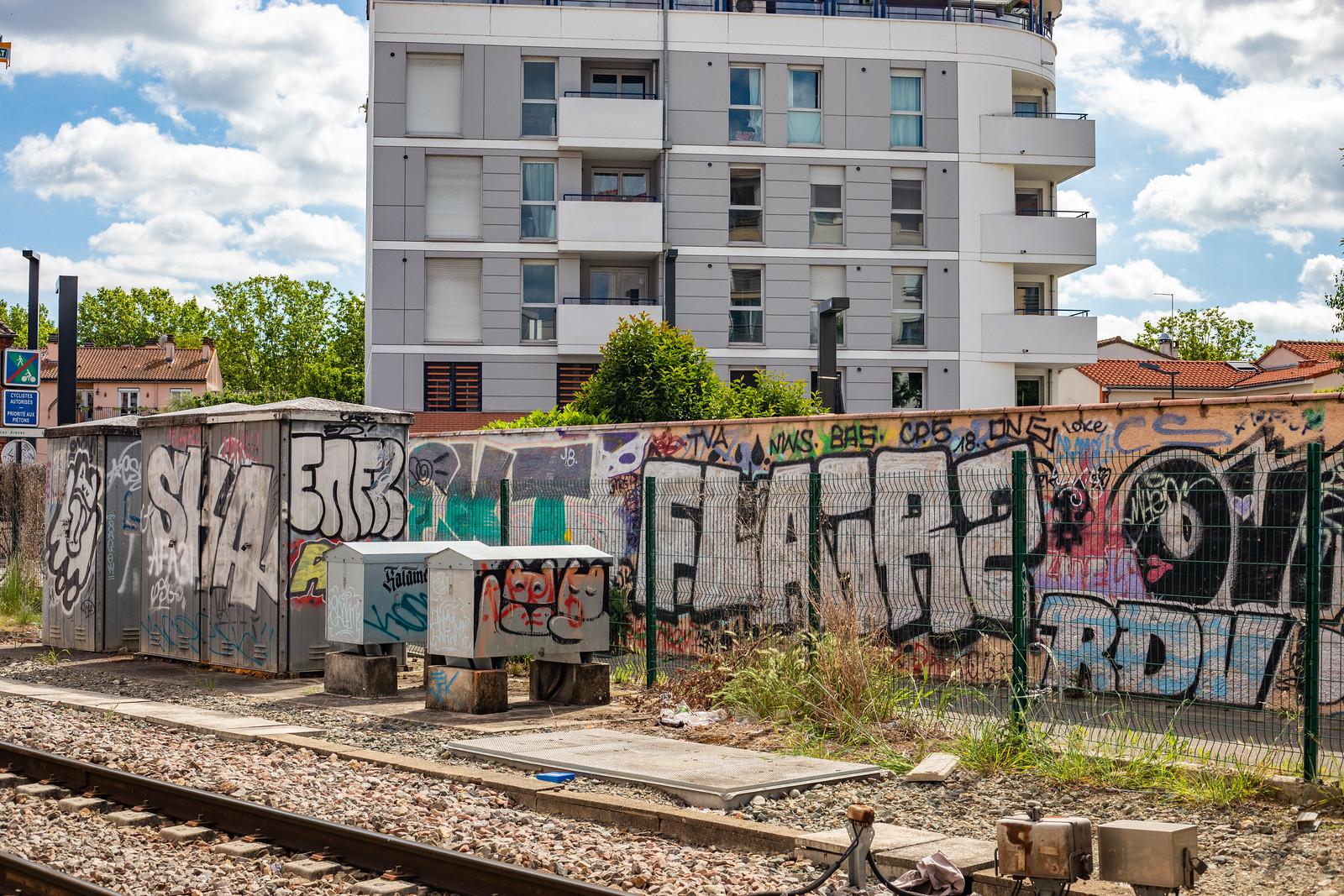 des graffitis sur une voie ferree à toulouse