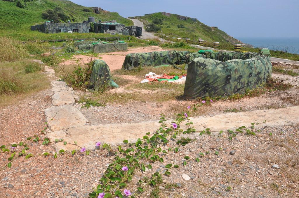 高丹華表示,軍方便宜行事,用廢土填平了沃東攔水壩,為自圓其說才弄成掩體。孫文臨攝