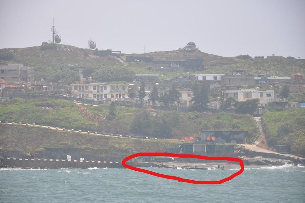 為了因應營改工程興建休閒館,目前烏坵唯一的停機坪移到港邊幾乎與海面等高。孫文臨攝