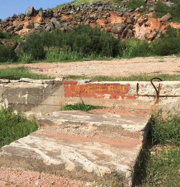 高丹華表示,攔水壩原本的外牆上還有消防水庫等字樣,卻被廢土填平。高丹華提供