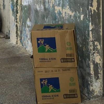 目前烏坵全島的軍民都須仰賴台灣每月運送的瓶裝水源。高丹華提供