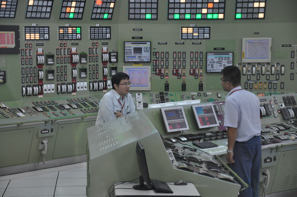 反應器運轉員(右)及輔助運轉員(左)正在溝通處置方式。孫文臨攝