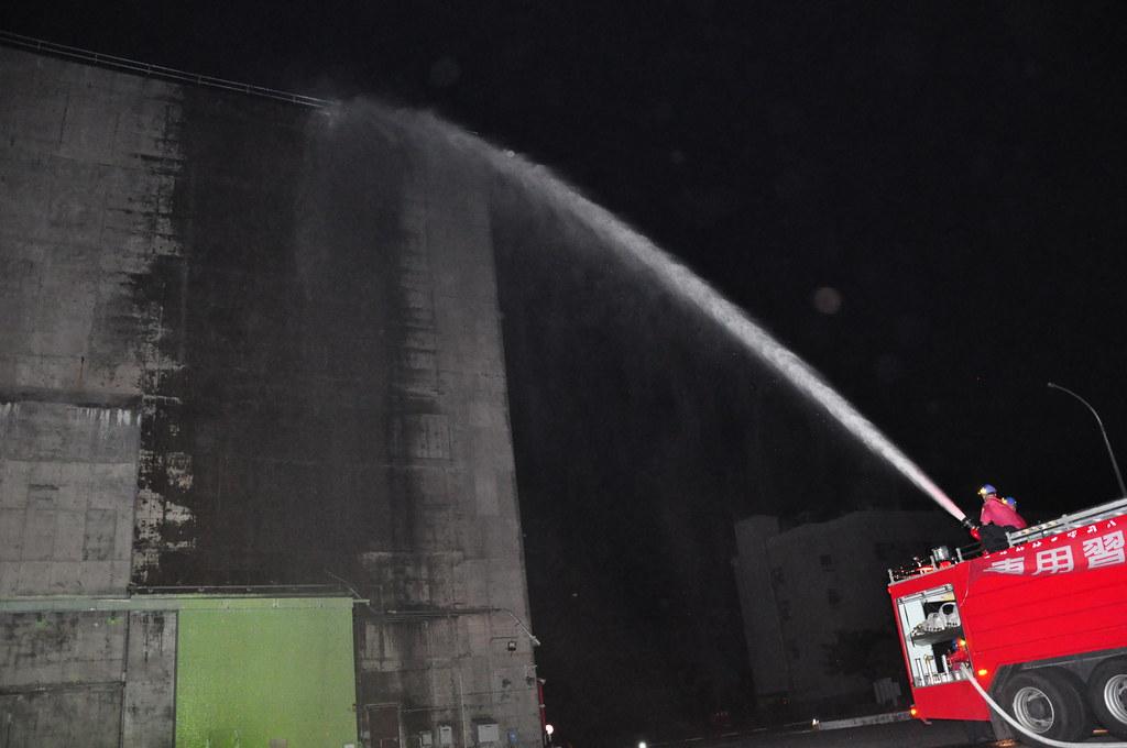 台電於夜間模擬在斷水斷電的情況下,引海水注入用過燃料池做冷卻的斷然處置。孫文臨攝