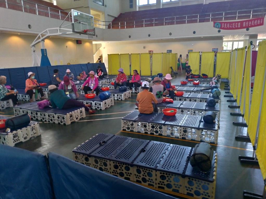 加祿堂營區設置安置收容所,圖為高密度收容的配置,僅做簡單區隔。孫文臨攝