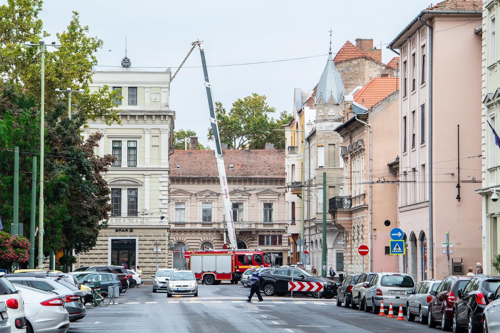 Életveszélyes állapotba került egy Széchenyi téri tető, lezárták a Kiss Menyhért utcát